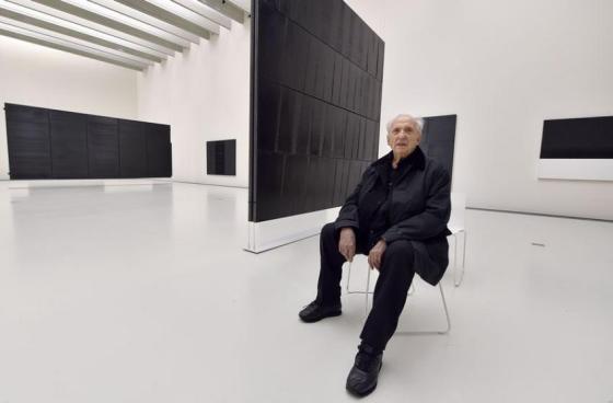 Pierre Soulages dans le Musée Soulages.
