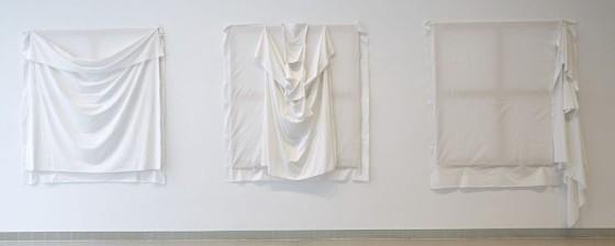 Luciano Fabro, Tres formas de poner las sabanas. Vue de l'exposition. Museo Nacional  Reina Sofia, 2014-2015. Photo Joaquin Cortes – Roman Lores.